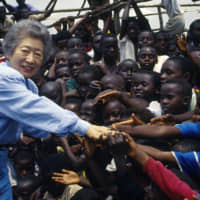 UN High Commissioner for Refugees Sadako Ogata is welcomed by Rwandan refugees in Bukavu area, South Kivu.  | © UNHCR/PANOS MOUMTZIS