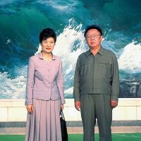 Chip off northern bloc?: Park Geun Hye, daughter of late South Korean dictator Park Chung Hee, poses with late North Korean supreme leader Kim Jong Il in Pyongyang on May 13, 2002. | AFP-JIJI