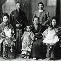Family portrait: Noritaka Asakawa (above, back left) and Takumi Asakawa (back right) with their wives, daughters and mother. | THE MUSEUM OF ORIENTAL CERAMICS, OSAKA