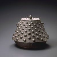 Metal work: Nambu iron kettle (19th century) from Morioka in Iwate Prefecture. | JAPAN FOLK CRAFTS MUSEUM