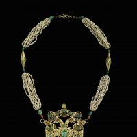 Moroccan pearl necklace with a gold, emerald and pearl pendant (18th century) | QATAR MUSEUMS AUTHORITY COLLECTION