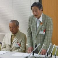 After the fact: At a press conference regarding the death of Masaki Hattori, Manabu Kanayama, (standing), director of Nagoya City Child Welfare Center, announced that an abuse notice had previously been sent from the boy's junior high school. | KYODO PHOTO