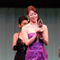 Maki Hojo, who typically takes housewife roles, accepts the award for Best Mature actress.