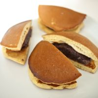 Pancake sandwich: Dorayaki usually contains bean paste, though cream and other fillings have become popular too. | MAKIKO ITOH