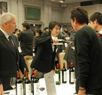 Sommeliers, importers, retailers, restaurateurs and media types sample high-end 2003 Bordeaux from 77 chateaux at the Unions des Grands Crus de Bordeaux tasting in Tokyo, including a Greek importer (above, second right) and Caroline Dedieu, commercial manager of Chateau Pichon-Longueville (left). | NOBUKO HARA PHOTOS