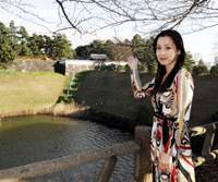 Clairvoyant Reika Akatsuki, the author of 'Tokyo Power Spot Guide,' gestures toward the Imperial Palace, which she says is the most important 'power spot' in Tokyo. | YOSHIAKI MIURA PHOTO