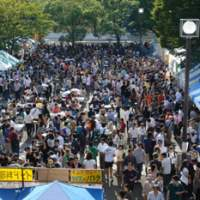 Crowds throng the stalls at 'Namaste India 2006,' a cultural festival that was held in Yoyogi Park, central Tokyo, in September. | PHOTO COURTESY OF INDIA CENTER