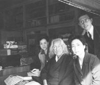 House call: Kenneth Pyle (right) at the home of the liberal social critic and journalist Nyozekan Hasegawa (1875-1969) in Odawara, Kanagawa Prefecture in 1963. | KENNETH PYLE