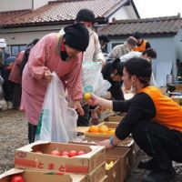Volunteers distribute food to residents in the quake-hit Koganehama district of Ishinomaki. | JON MITCHELL PHOTO