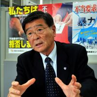 Hands-on approach: Retired senior policeman Kiyoshi Nakabayashi discusses his career and Tokyo Metropolitan Government's new antigang ordinances at the office of the National Center for the Elimination of Boryokudan, where he is now an adviser. | YOSHIAKI MIURA PHOTO
