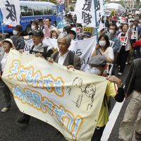 Taro Yamamoto on the streets campaigning for a nuclear power-free Japan in Koriyama, Fukushima Prefecture in October 2011. | KYODO
