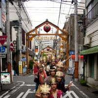 Transformed beings: A group of 11 of artist Tetta's bodhisattvas pose in the street in Noge, Yokohama. Tetta aims to recreate in an artwork the famed 1,000 bodhisattva statues in the Sanjusangendo Hall of Rengeoin Temple in Kyoto. | © TETTA