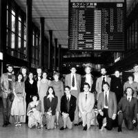 Pioneers: Twenty-two young Brits on arrival in Japan in September 1978 bound for roles in schools and universities as the first-ever intake of the English Teaching Recruitment Programme — forerunner of JET (the Japan Exchange and Teaching Programme). Lesley Downer is kneeling at the far left of the front row. | COURTESY LESLEY DOWNER