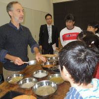 Uitenboogaart explains the ingredients and process of washi-making at a children's workshop at Eco Plaza in Tokyo's Minato Ward last November. | MAMI MARUKO