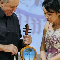Musical tribute: Polish violinist Nicolas Chumachenco shows the picture of Iwate Prefecture's 'miracle pine tree' on the back of his violin. | KYODO