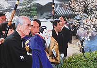 Puppeteers Tamao Yoshida and Bunjaku Yoshida (above, left and second from left) visit Tenjin Shrine at Domyoji, Osaka.