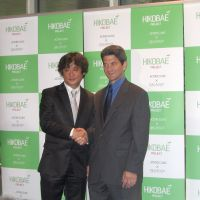 Acting together: Tokyo-based Actor's Clinic founder Toshi Shioya (left) shakes hands with Tom Oppenheim, the artistic director of Stella Adler's Studio of Actors in New York, at the Hikobae press conference on Aug. 1.