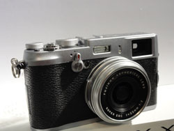 Best of both worlds: Fujifilm Corp.'s latest digital camera, the FinePix X100, which was unveiled at the firm's head office in Tokyo on Tuesday, is equipped with the world's first hybrid optical/electronic viewfinder | KAZUAKI NAGATA PHOTO