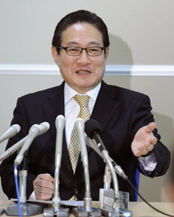 Price destroyer: Shinichi Inoue, chief executive officer of new discount air carrier A&F Aviation Co., speaks to reporters in Tokyo on Thursday.   KYODO PHOTO