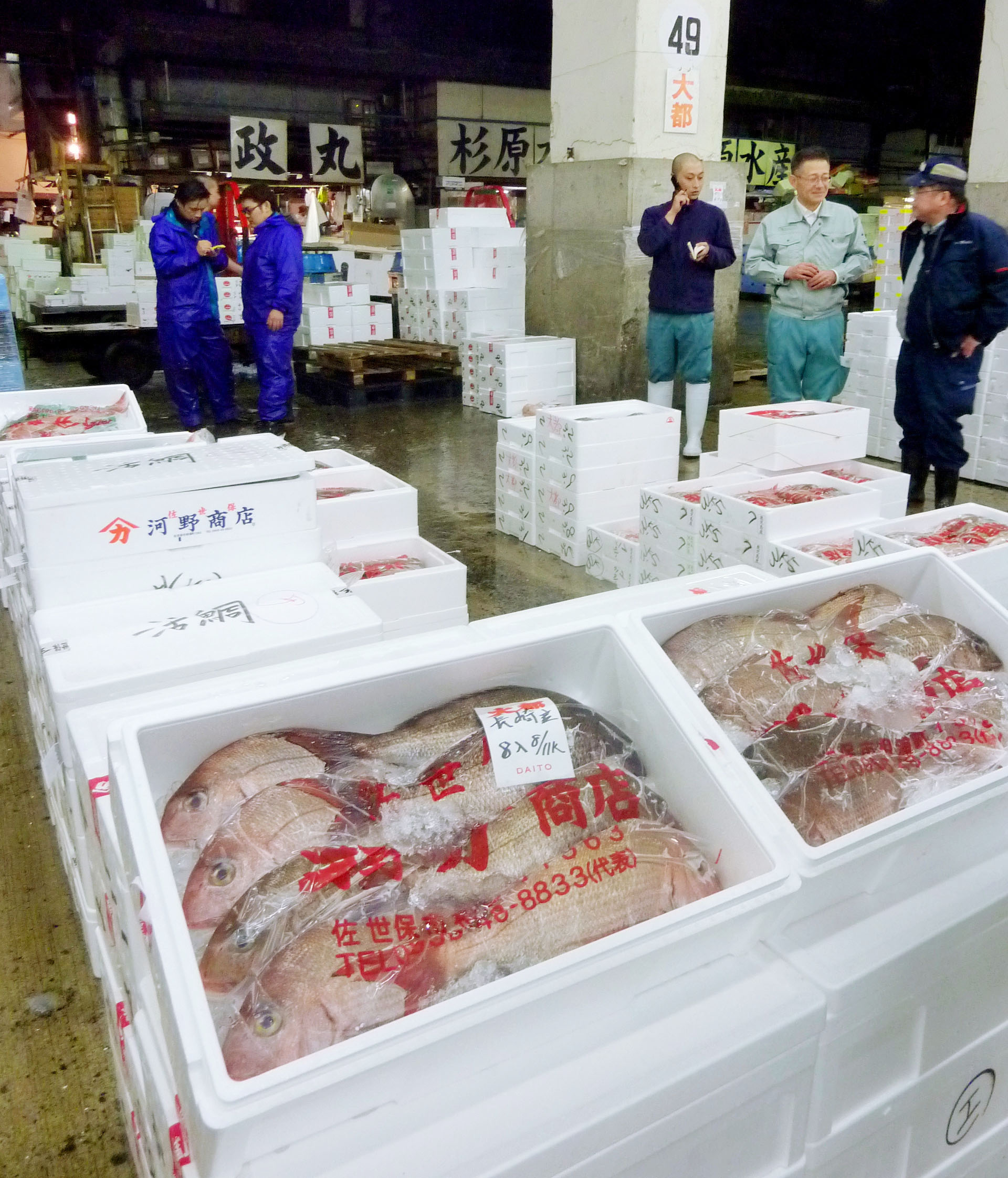 Back in favor: Fresh fish are traded at Tsukiji market in Tokyo on Tuesday. The volume of transactions at the market has returned to prequake levels.   KYODO