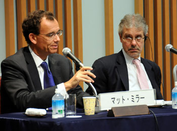 Matt Miller (left) from the Center for American Progress discusses the volatility of U.S. politics as Murray Hiebert from the Center for Strategic and International Studies listens. | SATOKO KAWASAKI