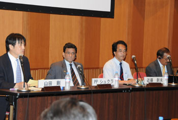 Go Yamada (left) of the Japan Center for Economic Research discusses the prospect of India's economy during a June 5 symposium in Tokyo, while other panelists P.P. Shukla (second from left), joint director of Vivekananda International Foundation, Norio Kondo (third from left), director of South Asian studies at the Japan External Trade Organization's Institute of Developing Economies, and Ajit Doval, director of Vivekananda International Foundation, listen. | SATOKO KAWASAKI