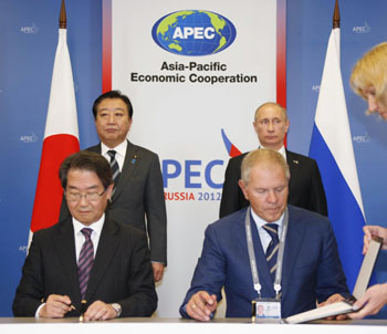 No poaching: Prime Minister Yoshihiko Noda and Russian President Vladimir Putin view a Sept. 8 signing in Vladivostok of a ban on crab poaching. | KYODO