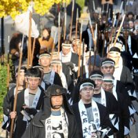 Re-enacters: People dressed as samarai march from JR Tamachi Station to Sengakuji Temple in Minato Ward, Tokyo, on Dec. 14 to mark the day in 1702 when 47 ronin avenged their leader's death. They were buried at the temple after killing themselves. | SATOKO KAWASAKI PHOTO
