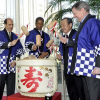 Open for business: U.S. Ambassador John Roos (from left to right), Tokyo American Club President Lance Lee, Mitsubishi Jisho Residence Co. President Takao Yagihashi and Pelli Clarke Pelli Architects Senior Principal Fred Clark hold mallets prior to breaking the lid of a sake barrel during the 'kagami wari' ceremony at the Tokyo American Club in Azabudai, Minato Ward, on Tuesday.   YOSHIAKI MIURA PHOTO