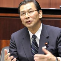 Toll or no: Transport minister Akihiro Ohata holds a group interview at the ministry Tuesday. | YOSHIAKI MIURA PHOTO