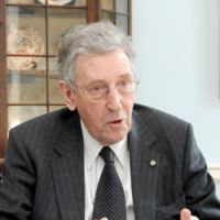 London's view: David Howell, British minister of state at the Foreign and Commonwealth Office, is interviewed at the British Embassy in Tokyo last week. | SATOKO KAWASAKI PHOTO