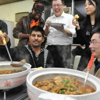 Global feast: Refugee applicants serve dishes from their home countries at Nanzan University in Nagoya. | CHUNICHI SHIMBUN