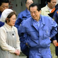 Meeting survivors: Prime Minister Naoto Kan speaks Saturday with a woman at Yonesaki Elementary School, a shelter for those who lost their homes in the March 11 earthquake and tsunami, in Rikuzentakata, Iwate Prefecture.   KYODO PHOTO