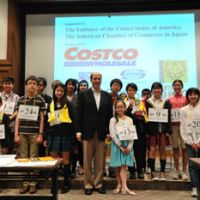 Spelling sleuths: Participants in The Japan Times Spelling Bee, including winner Yuichi Yoshioka (holding trophy), have their photo taken Saturday with U.S. Ambassador John Roos at the newspaper's headquarters in Minato Ward, Tokyo.