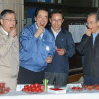 Good food, good friends: Fukushima Gov. Yuhei Sato (from left), Prime Minister Naoto Kan, South Korean President Lee Myung Bak and Chinese Premier Wen Jiabao eat produce from the prefecture's farms in the city of Fukushima on Saturday. | KYODO PHOTO