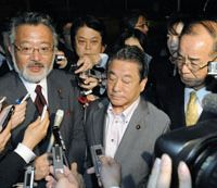 Rebelling: Vice ministers Shozo Azuma of the Cabinet Office (left), Wakio Mitsui of the land ministry (center) and Katsumasa Suzuki from the internal affairs ministry face reporters Wednesday after submitting their resignations at the prime minister's office.   KYODO