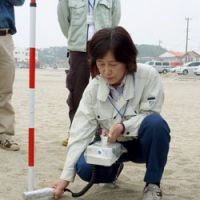 Seaside sieverts: An official from the Ibaraki Prefectural Government checks radiation levels on a beach in Hitachinaka on Tuesday.   KYODO