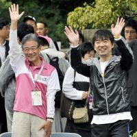 Leading the pack: Osaka Mayor Kunio Hiramatsu (left) and former Osaka Gov. Toru Hashimoto, who quit the top prefectural post to run in the city's mayoral election Nov. 27, attend the start of a marathon event Oct. 30 in the city's Chuo Ward.   KYODO