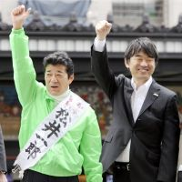 Voters listen to a stump speech in Osaka the same day. | KYODO PHOTOS