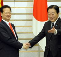 Do we still have a deal?: Prime Minister Yoshihiko Noda greets his Vietnamese counterpart, Nguyen Tan Dung, in Tokyo on Oct. 31. | KYODO