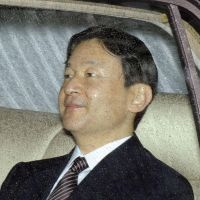 Hospital visit: Crown Prince Naruhito is driven Thursday to University of Tokyo Hospital to visit Emperor Akihito. | KYODO
