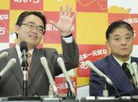 Not on same page: Aichi Gov. Hideaki Omura (left) and Nagoya Mayor Takashi Kawamura attend a press conference Feb. 1. at the prefectural headquarters. | KYODO