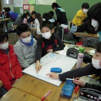 Survival knowledge: Fourth-graders discuss the health effects of radiation exposure at Akagi Elementary School in Koriyama, Fukushima Prefecture, on Feb. 21. | MIZUHO AOKI PHOTOS