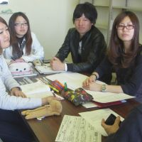 Leading the way: Management students at Aichi Gakuin University discuss their business plan to help rebuild the Tohoku region. | CHUNICHI SHIMBUN
