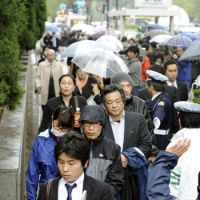 Spectacle: People line up for tickets to win gallery seats to the trial of politician Ichiro Ozawa at the Tokyo District Court on Thursday. | KYODO