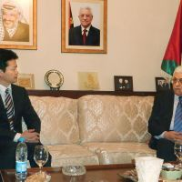 Helping hand: Visiting Foreign Minister Koichiro Genba chats Wednesday with Palestinian Authority President Mahmoud Abbas in Amman. | KYODO