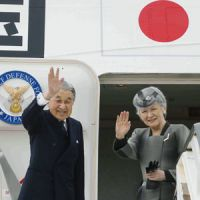 Heading home: Emperor Akihito and Empress Michiko board a plane at Heathrow Airport in London on Saturday. | KYODO