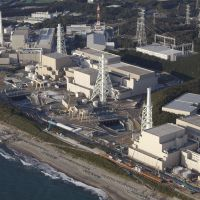Vulnerable: Chubu Electric Power Co.'s Hamaoka nuclear plant in Omaezaki, Shizuoka Prefecture, has been idle for more than a year as work to build a seawall continues. | KYODO
