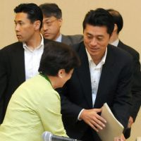 Restart pitch: Nuclear accident minister Goshi Hosono (right) greets Shiga Gov. Yukiko Kada at a Wednesday meeting of the Union of Kansai Governments in Tottori Prefecture. | KYODO