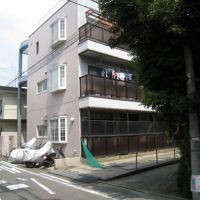 CSI Kawasaki: Aum Shinrikyo fugitive Katsuya Takahashi allegedly lived in this apartment building in Saiwai Ward, Kawasaki, until last October. Fellow cult fugitive Naoko Kikuchi, who was arrested Sunday, told police she lived with him in the unit until 2006. | MINORU MATSUTANI